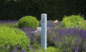 fuente-agua-jardin-granito-detalle